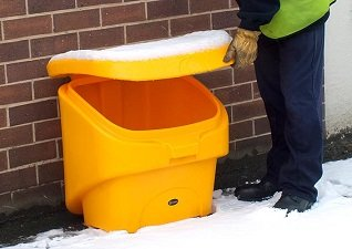 Nestor 90 compact grit bin in wintery conditions