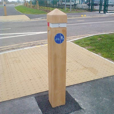 Light Oak 1000mm Glenwood post with red/white retroreflective banding and sign Ref 957